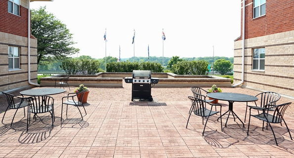coventry-apartments-glendale-wi-grill-patio